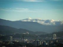 MorgonGenting högländer på överkanten av berget Royaltyfria Foton