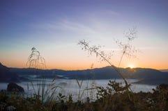 Morgonhimmel och dimma på vintersäsong arkivbilder