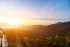 Morgonhimmel och solen är starka Arkivfoto