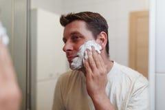 Morgonhygien, den lyckliga grabben är klar att raka fotografering för bildbyråer