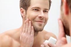 Morgonhygien i badrummet Fotografering för Bildbyråer