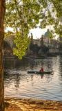 Morgonidyll under Charles Bridge Royaltyfri Foto
