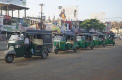 Morgonköen av tuktuks som väntar på passagerare Anuradhapura Sri Lanka Royaltyfri Bild