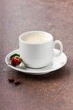 Morgonkaffe för älskling med en ros på St.-valentin dag Royaltyfri Bild