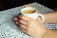 Morgonkaffe i en råna Arkivbild