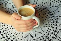 Morgonkaffe i en råna Royaltyfri Bild