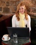 Morgonkaffe i internetcafe Arkivbilder