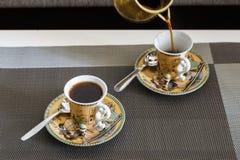 Morgonkaffe i koppar med en härlig egyptisk design Royaltyfria Foton