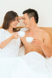 Morgonkaffe i säng Arkivbilder