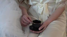 Morgonkaffe i underlag Fragment av skytteprocessen av den unga modellen arkivfilmer
