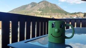 Morgonkaffe med en trevlig sikt arkivfoto