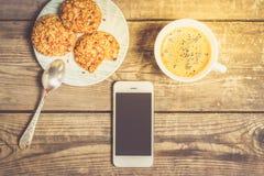 Morgonkaffe med kakor på en trätabell Royaltyfria Foton