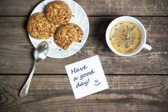Morgonkaffe med kakor på en trätabell arkivfoto