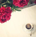 Morgonkaffe med pionblommor Royaltyfri Bild