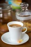 Morgonkaffe med sötsaker och bakelser arkivbild