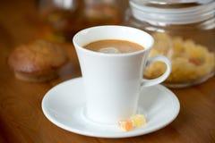 Morgonkaffe med sötsaker och bakelser arkivfoto