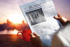 Morgonkaffe med stadssikt i soluppgång Arkivfoto