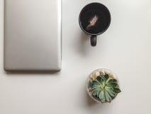 Morgonkaffe med tableten Arkivbild