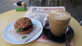 Morgonkaffe med tidningen Royaltyfria Foton