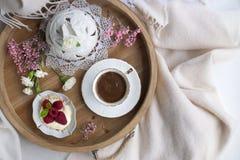 Morgonkaffe och blommor bed frukostromantiker Ett trämagasin Hem- cosiness Fritt avstånd för text kopiera avstånd Arkivfoton