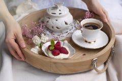 Morgonkaffe och blommor bed frukostromantiker Ett trämagasin i händerna Hem- cosiness Ljus bakgrund kopiera avstånd arkivbilder