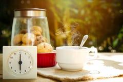 Morgonkaffe och kaka arkivbild