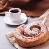 Morgonkaffe och kex - hög-kalori frukost, sjuklig mat, moderna oskick, koffein och snabba kolhydrater arkivfoto