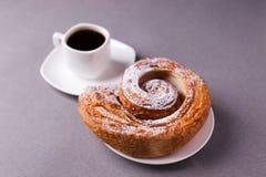 Morgonkaffe och kex - hög-kalori frukost, sjuklig mat, moderna oskick, koffein och snabba kolhydrater royaltyfria foton