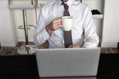 Morgonkaffe på bärbara datorn Royaltyfri Fotografi