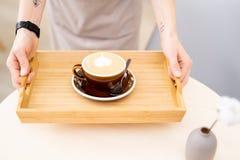 Morgonkaffe på trämagasinet royaltyfri fotografi