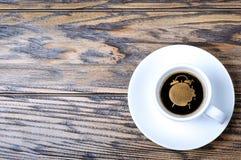 Morgonkaffe som dekoreras med kräm Arkivfoton