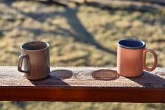 Morgonkaffekoppar på en balkong Fotografering för Bildbyråer