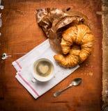 Morgonkopp kaffe med en hjärta av skum och giffel, frukost på lantlig träbakgrund Arkivfoto
