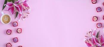 Morgonkopp kaffe som är söt, blomma på rosa färgtabellen från över Lekmanna- stil för härlig frukostlägenhet baner placera text royaltyfri fotografi