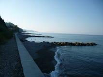 Morgonlandskap av stranden Vardane i Sochi Ryssland fotografering för bildbyråer