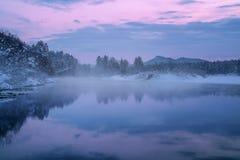 Morgonlandskap med en dimma av den Siberian floden Arkivbild
