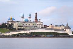 Morgonlandskap med en sikt på Kreml i staden Kazan, Ryssland Royaltyfri Bild