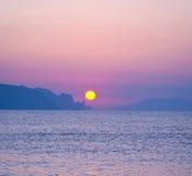 Morgonlandskap med soluppgång över havet Arkivbild