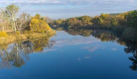 Morgonlandskap på Samarafloden nära den Novomoskovsk staden, Ukraina Royaltyfria Bilder