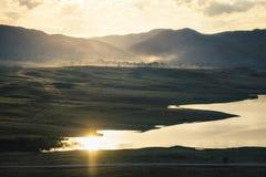 Morgonlandskap på sjön Arkivfoto