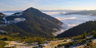 Morgonliggande i bergen Arkivbild