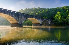 Morgonljus, den Gatliff bron, Cumberland faller delstatsparken i Kentucky Royaltyfri Fotografi
