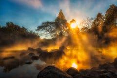 Morgonljus, Hot Springs och dimma av Chae Son National Park i det Lampang landskapet, Thailand Arkivbilder