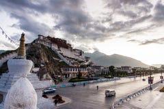 Morgonljus i den Potala slotten, Lhasa, Tibet Arkivbild