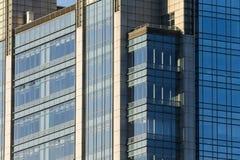 Morgonljuset av kontorsbyggnaden Arkivbilder