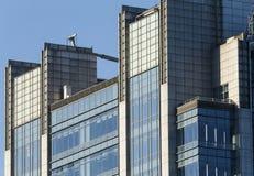 Morgonljuset av kontorsbyggnaden Arkivfoto