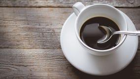 Morgonljuskyla och kopplar av med slut upp den varma kaffekoppen på nolla Arkivbilder