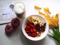 Morgonlunch med hemlagade marshmallower, flingor, bär, frukter och latte fotografering för bildbyråer