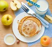 Morgonmål: pannkakor med nya äpplen, söt sirap och hazeln Royaltyfria Foton
