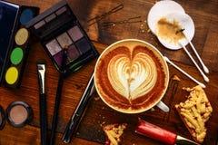 Morgonmakeup i kafé Arkivfoton